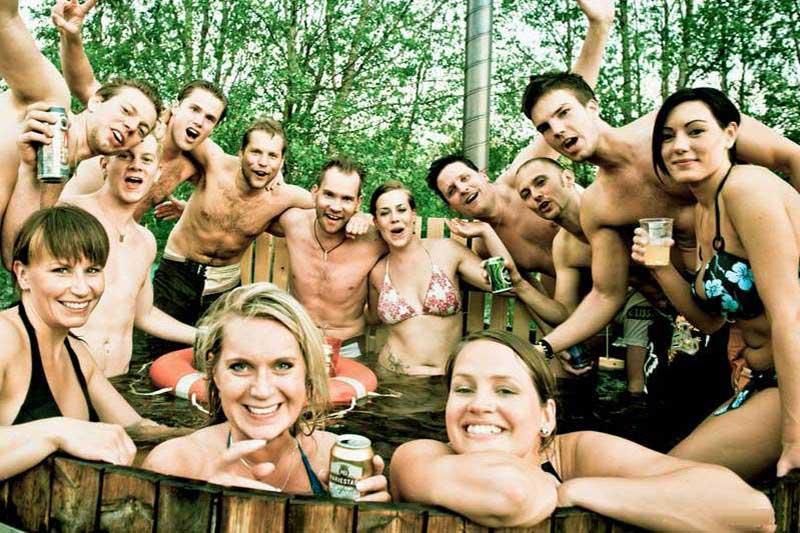Friends-in-hot-tub2
