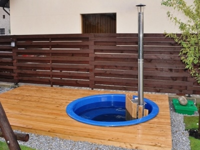 Hot-tub-fiberglas integrated in a terrace