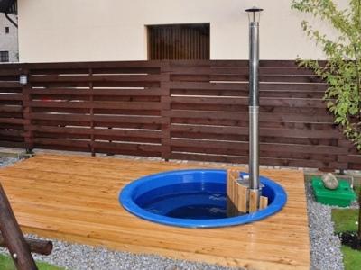 Bain nordique en bois avec intérieure en fibre de verre intégré dans terrasse