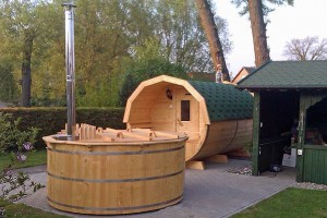 Houten barrel sauna met hot tub.