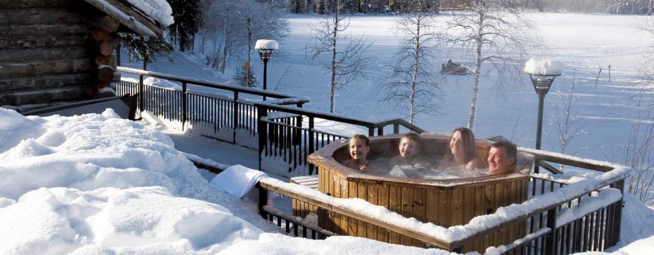 Hot tub in winter. Bain nordique en hiver. Hot tub in de winter.