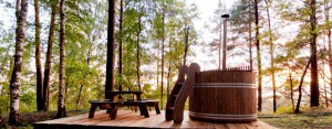 Hot tub in a forest. Bain nordique dans une foret. Hot tub in een bos.