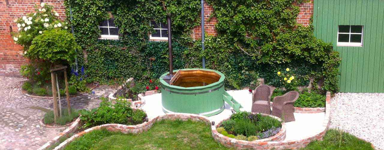 Hot tub in a garden. Bain nordique dans un jardin. Hot tub in een tuin.